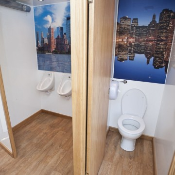 Toilet en urinoirs in toiletwagen Plees Eco 250