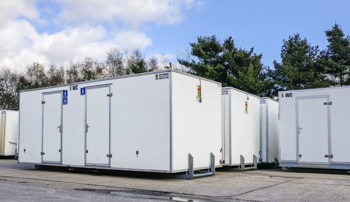 Een toiletcontainer met aan en afvoer hoe werkt dat u a gsv verhuur